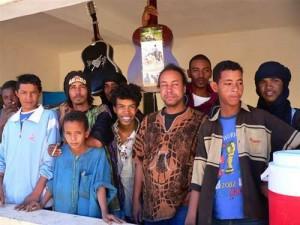 A l'époque des débuts de Tamikrest, le plus jeune devant c'est Zeidi Ag Baba, derrière lui, Moussa, Pino est celui qui tient la guitare à bout de bras.