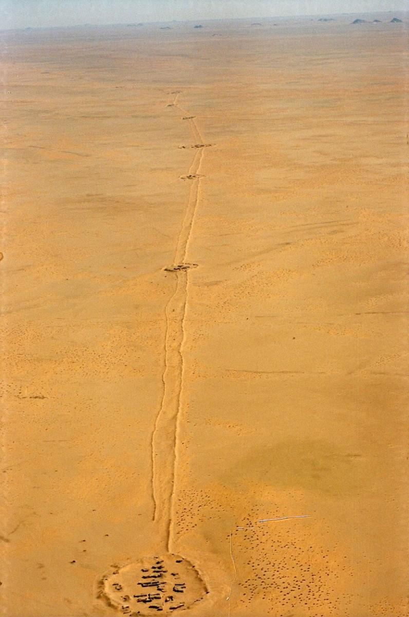 89-FN-Sahara_Vue aérienne du mur_2001