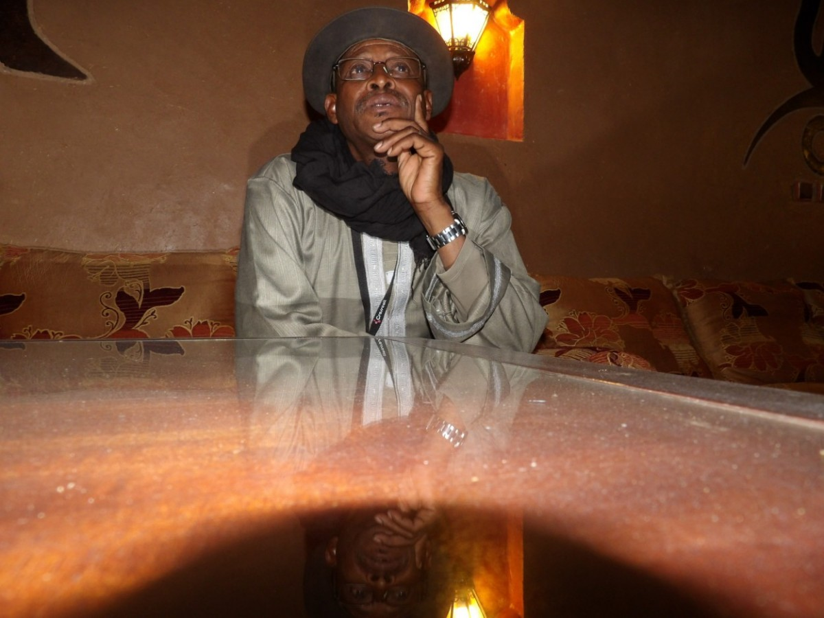 Entre Namur, où il habite et Bamako où il crée un centre d'initiation aux musiques traditionnelles, Afel Bocoum construit pas à pas des ponts entre les générations.