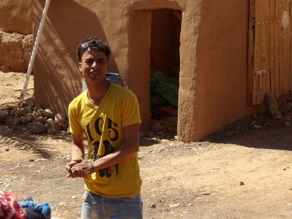 Aziz Srahani habite Bounou. Il travaille avec son père dans la palmeraie. Il accueille des groupes de Terrachidia depuis 2012 chez lui au coeur de la kabah offerte aux sables qui mangent la terre, comme il dit.