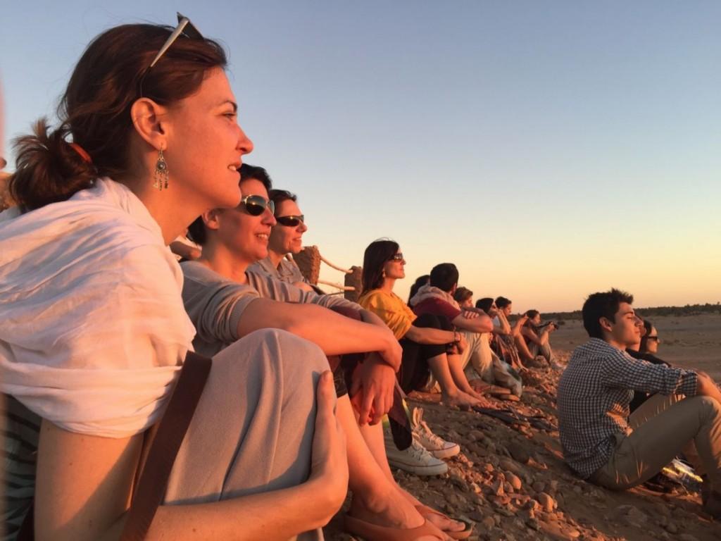 Au sommet de la plus haute dune de Chegaga, l'heure est à la contemplation face au soleil couchant.