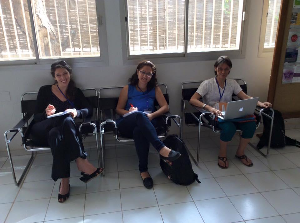Amélie,Rima et Emmanuelle en pleine séance d'écriture pour une émission de RFI.