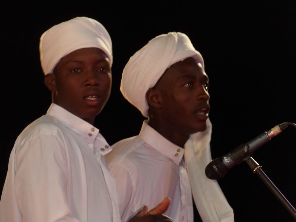 L'engouement des jeunes pour le répertoire traditionnel revisité par des groupes locaux prend de l'ampleur grâce aux festivals